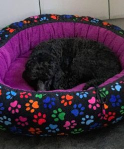Mysbubbla 19 är en rund hundbädd med tassar som mönster. Går att få i olika storlekar. Vi skickar i hela landet mot en fraktavgift