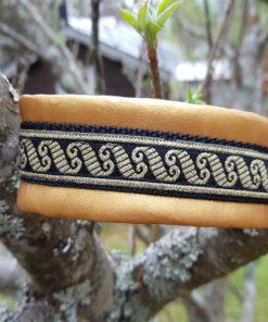 Hundhalsband 34 är ett hundhalsband som finns i olika storlekar och olika mönster. Vi skickar över hela landet mot en fraktavgift.
