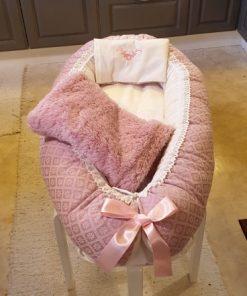Babynest 401 är ett rosa babynest med filt och kudde i samma färg sytt i bomull