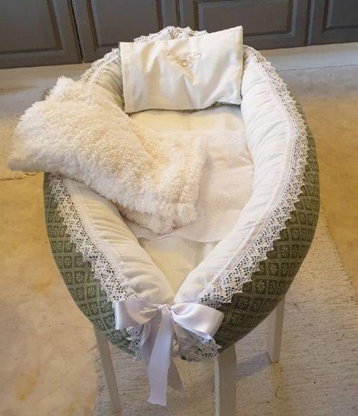 Babynest 404 är ett babynest med filt och kudde i samma färg sytt i bomull