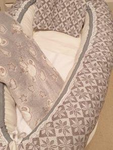 Babynest 402 är ett rosa babynest med filt och kudde i samma färg sytt i bomull