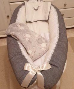 Babynest 403 är ett rosa babynest med filt och kudde i samma färg sytt i bomull