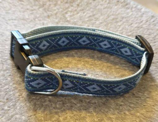 Ställbart hundhalsband 601 med dekor som mönster, finns i olika storlekar och kan skickar i hela Sverige mot fraktavgft.