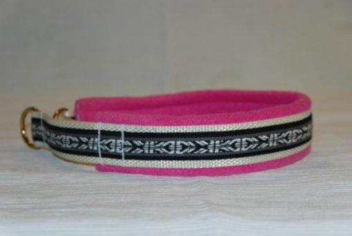 Hundhalsband 19 är ett hundhalsband som finns i olika storlekar och olika mönster. Vi skickar över hela landet mot en fraktavgift.