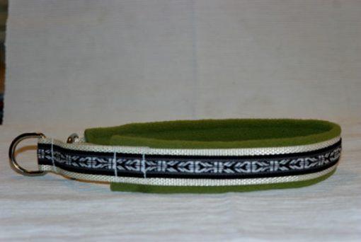 Hundhalsband 21 är ett hundhalsband som finns i olika storlekar och olika mönster. Vi skickar över hela landet mot en fraktavgift.