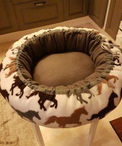 Mysbubbla 10 är en hundbädd med hästar som mönster