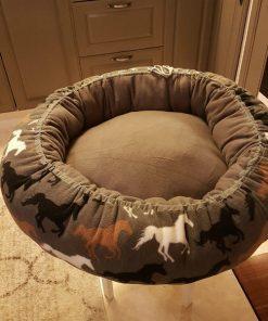 Mysbubbla 11 är en hundbädd med hästar som mönster som man kan få i olika storlekar. Vi skickar i hela landet mot en fraktavgift.