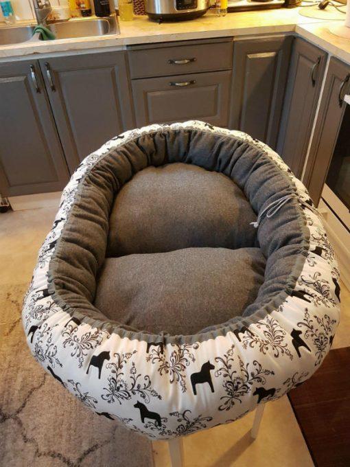 Mysbubbla 12 är en oval hundbädd med hästar som mönster som man kan få i olika storlekar. Vi kan skicka i hela landet mot en fraktavgift.