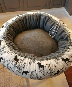 Mysbubbla 14 är en rund hundbädd med hästar som mönster. Går att få i olka storlekar. Vi skickar i hela landet mot en fraktavgift