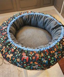 Mysbubbla 15 är en rund hundbädd med hästar som mönster. Går att få i olka storlekar. Vi skickar i hela landet mot en fraktavgift