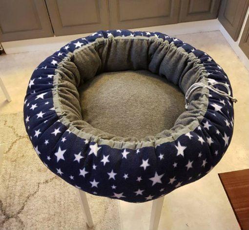 Mysbubbla 16 är en hundbädd med stjärnor som mönster som man kan få i olika storlekar, vi skickar i hela landet mot en fraktavgift.