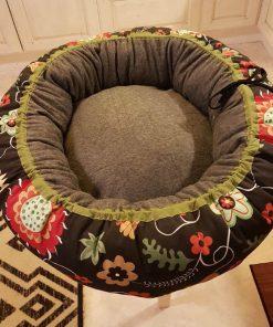 Mysbubbla 21 är en hundbädd som har blommor som mönster och som man kan få i olika storlekar.