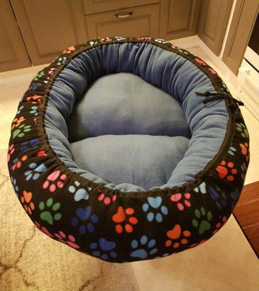 Mysbubbla 25 är en oval hundbädd med tassar som mönster som man kan få i olika storlekar. Vi skickar i hela landet mot en fraktsvgift
