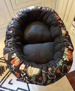 Mysbubbla 31 är en oval hundbädd med blommor som mönster som man kan få i olika storlekar. Vi skickar över hela landet mot en fraktavgift