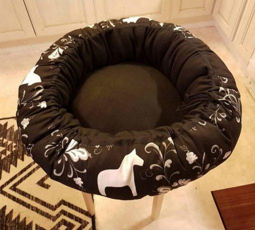 Mysbubbla 36 är en rund hundbädd med hästar som mönster. Går att få i olka storlekar. Vi skickar i hela landet mot en fraktavgift