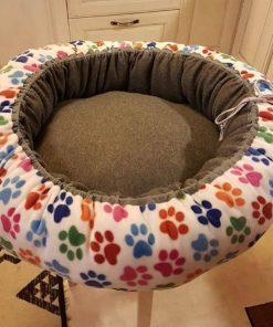 Mysbubbla 57 är en hundbädd med tassar som mönster som man kan få i olika storlekar. Vi skickar i hela landet mot en fraktavgift.