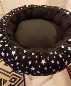 Mysbubbla 59 är en hundbädd med Stjärnor som mönster som man kan få i olika storlekar. Vi skickar i hela landet mot en fraktavgift.