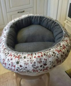 Mysbubbla 61 är en oval hundbädd med blommor som mönster som man kan få i olika storlekar. Vi skickar över hela landet mot en fraktavgift