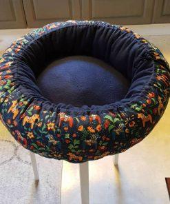 Mysbubbla 64 är en rund hundbädd med hästar som mönster. Går att få i olika storlekar. Vi skickar i hela landet mot en fraktavgift