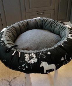 Mysbubbla 66 är en rund hundbädd med hästar som mönster. Går att få i olika storlekar. Vi skickar i hela landet mot en fraktavgift