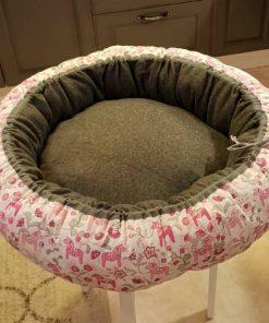 Mysbubbla 72 är en rund hundbädd med hästar som mönster. Går att få i olika storlekar. Vi skickar i hela landet mot en fraktavgift