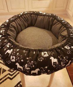 Mysbubbla 82 är en rund hundbädd med hästar som mönster. Går att få i olika storlekar. Vi skickar i hela landet mot en fraktavgift