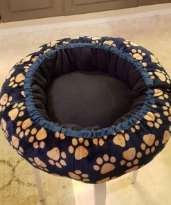 Mysbubbla 85 är en hundbädd med tassar som mönster som man kan få i olika storlekar. Vi skickar i hela landet mot en fraktavgift.