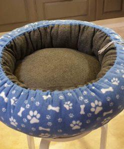 Mysbubbla 86 är en hundbädd med tassar som mönster som man kan få i olika storlekar. Vi skickar i hela landet mot en fraktavgift.