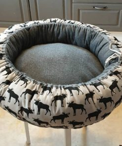 Mysbubbla 87 är en rund hundbädd med älgar som mönster. Går att få i olika storlekar. Vi skickar i hela landet mot en fraktavgift