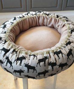 Mysbubbla 88 är en rund hundbädd med älgar som mönster. Går att få i olika storlekar. Vi skickar i hela landet mot en fraktavgift