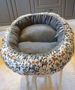 Mysbubbla 96 är en oval hundbädd i dalahästtyg som man kan få i olika storlekar. Vi skickar över hela landet mot en fraktavgift