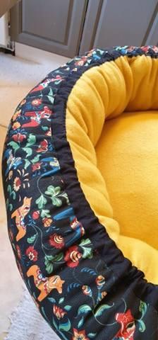 Mysbubbla 98 är en rund hundbädd med hästar som mönster. Går att få i olika storlekar. Vi skickar i hela landet mot en fraktavgift