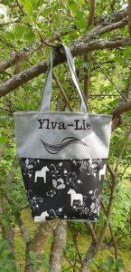 Väska svart med dalahästar som mönster